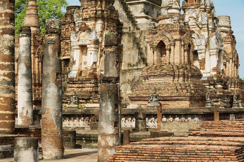 Взгляд к руинам виска Wat Mahathat в парке Sukhothai историческом, Таиланде стоковая фотография