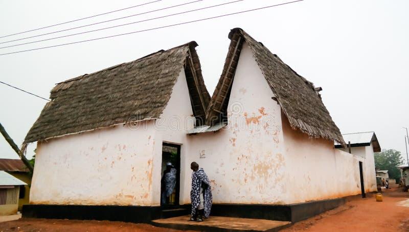Взгляд к святыне Besease традиционной Asante на, Ejisu, Kumasi, Гана стоковые фотографии rf