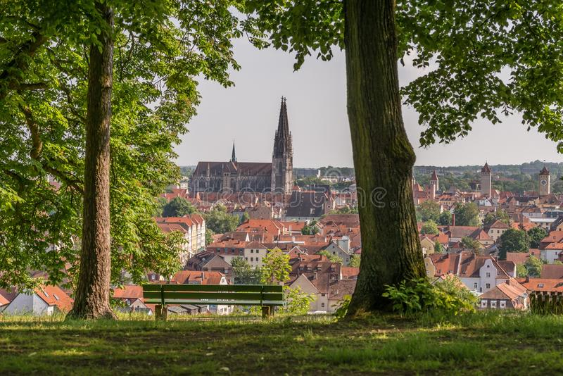 Взгляд к собору и над старым городком Регенсбурга, Германии стоковые фото