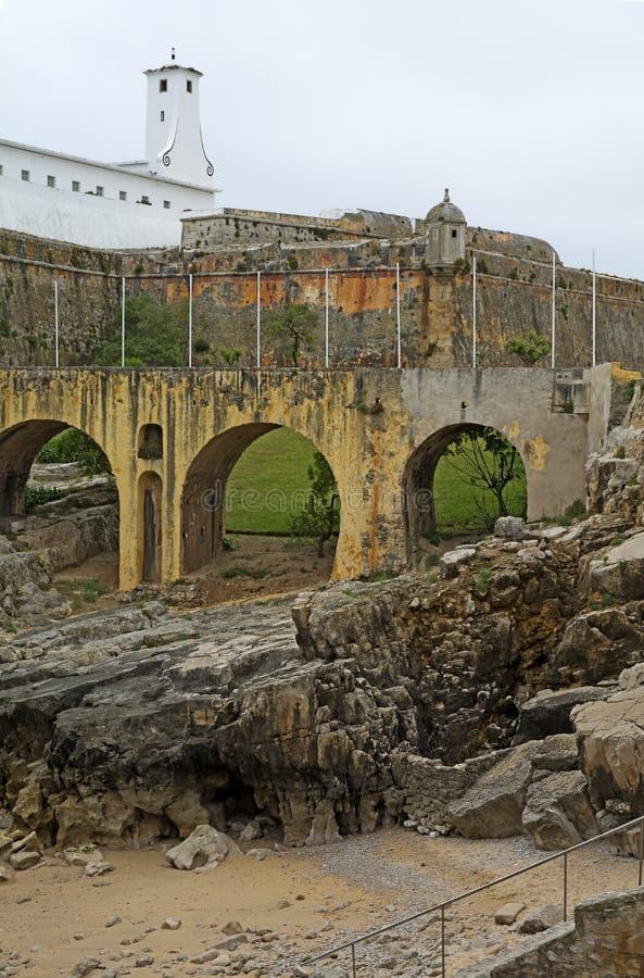 Взгляд к старой цитадели Peniche, Португалии стоковые фотографии rf
