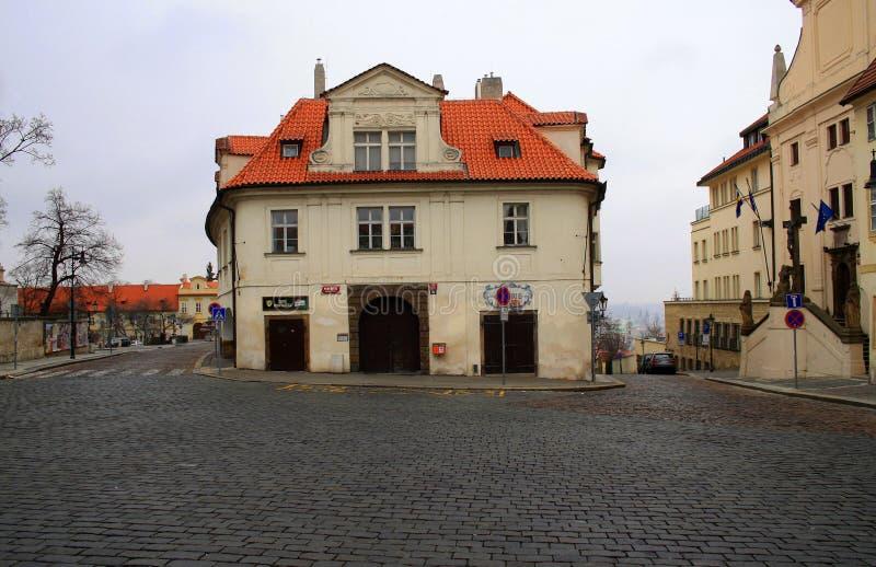Взгляд к улице в старом центре Праги, чехии стоковая фотография