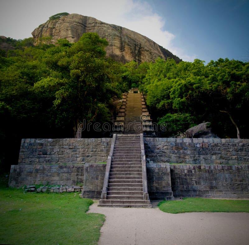 Взгляд к цитадели Yapahuwa, старой столице Шри-Ланка стоковые фотографии rf
