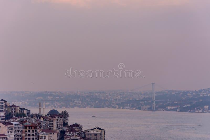 Взгляд к Bosphorus во время туманного дня стоковая фотография