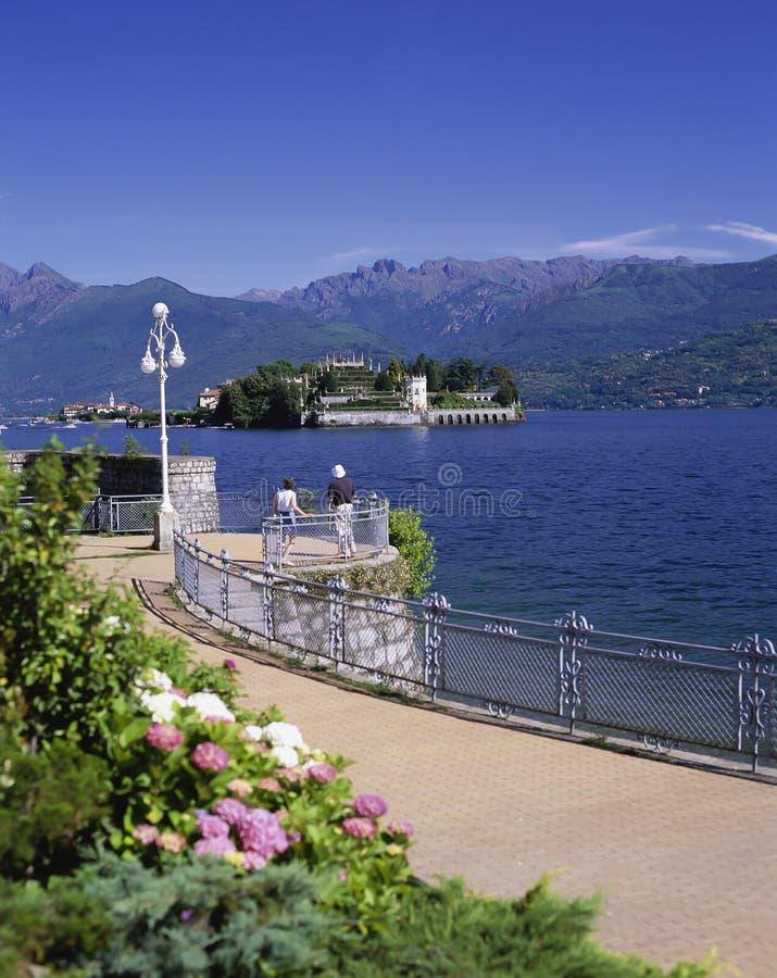 ВЗГЛЯД К ISOLA BELLA & PESCATORI ОТ STRESA Озеро Maggiore стоковая фотография