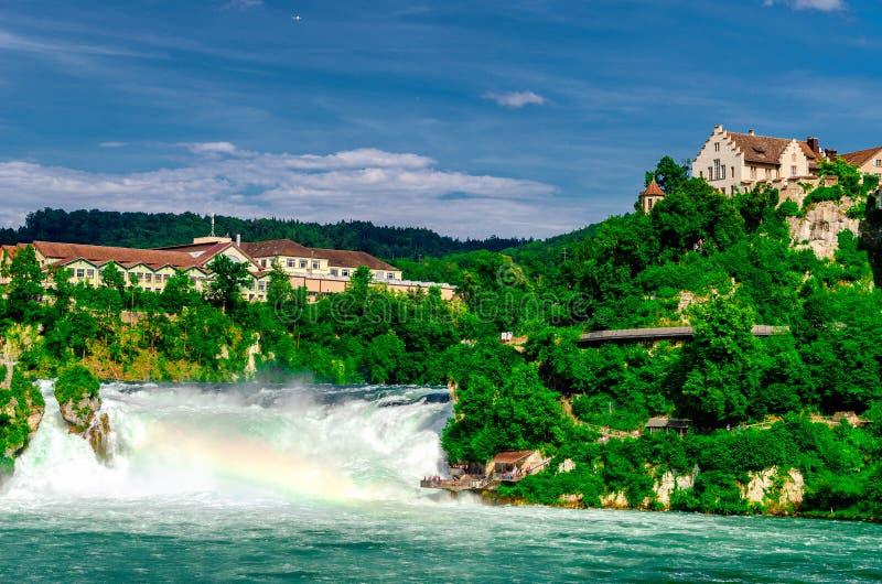 Взгляд к Rhine Falls Rheinfalls, самому большому простому водопаду в Европе Оно расположено около городка Schaffhausen внутри стоковые изображения rf