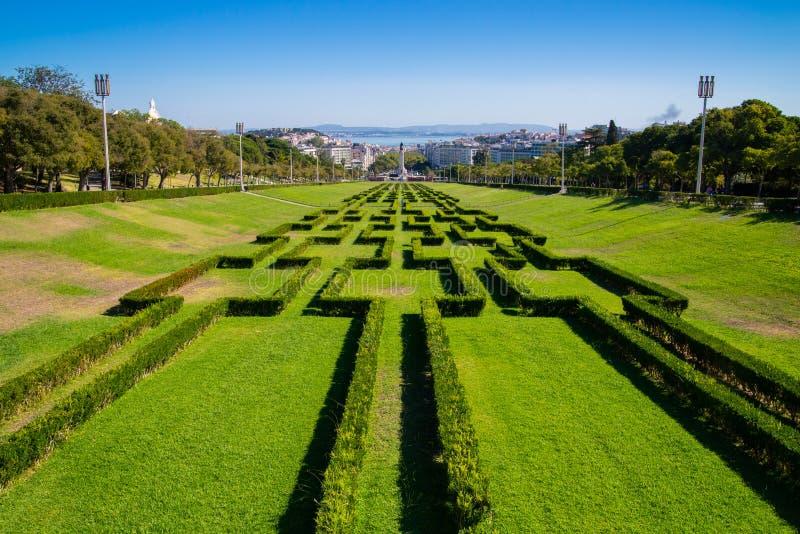 Взгляд лабиринта парка и садов Eduardo VII, самого большого парка в центре Лиссабона и Рекы Tagus на заднем плане стоковое изображение