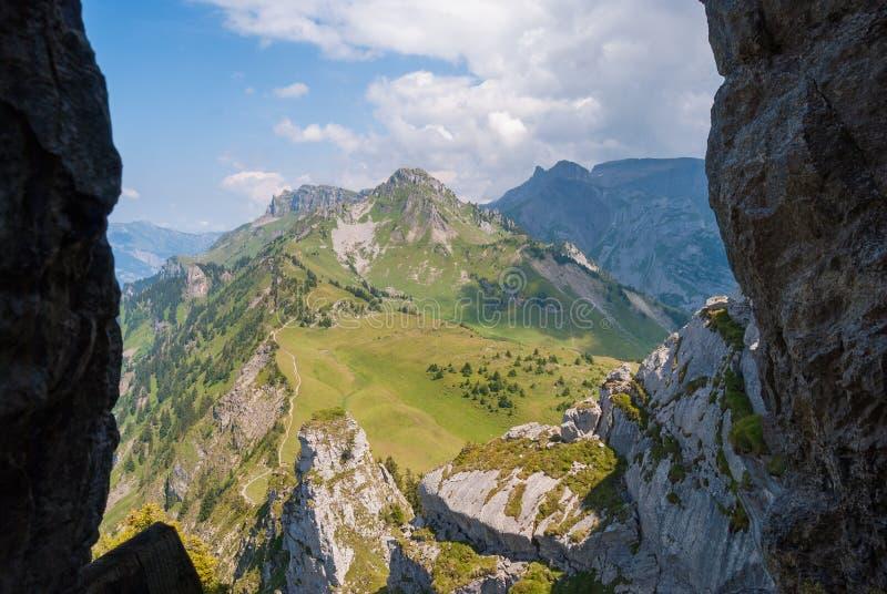 Взгляд ландшафта горы через погружение в утесах стоковое изображение rf