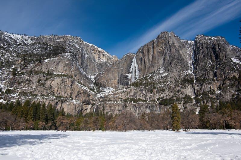 Взгляд ландшафта замерзанный над озерами зеркал, в зиме, долина Yosemite стоковое фото