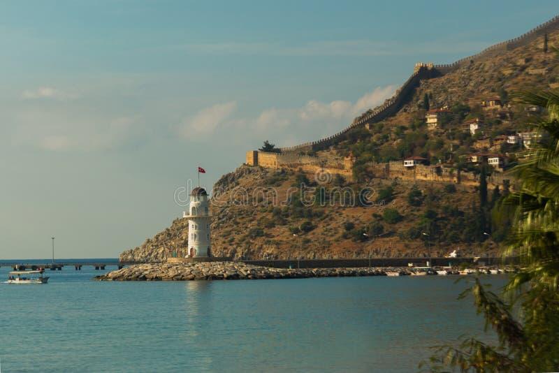Взгляд ландшафта и lghthouse порта Alanya с турецким флагом, Alanya, Турцией стоковое фото