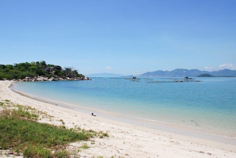 Взгляд ландшафта красивой природы сценарный на мирном пляже в Nha Trang стоковые фото