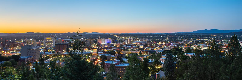 Взгляд ландшафта над городом Вашингтоном spokane на заходе солнца стоковое фото rf