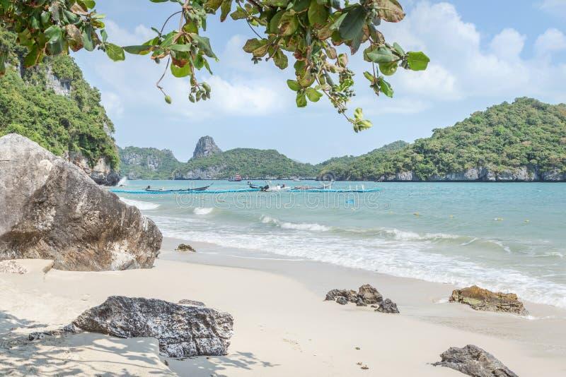 Взгляд ландшафта на пляже животиков Wua складывает остров в afternnoon на островах национальном морском парке Angthong, Surat Tha стоковые фотографии rf