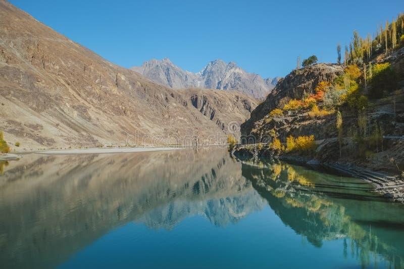 Взгляд ландшафта отражения в воде гор на озере Khalti, Пакистане стоковые фото