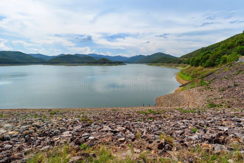 Взгляд ландшафта резервуара воды или запруды для произвести электричество турбиной воды с много дерево и гора совсем вокруг стоковые изображения