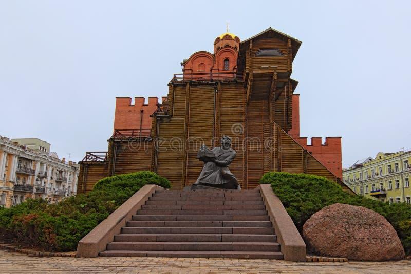 Взгляд ландшафта утра золотых ворот Это было главным входом в городищах одиннадцатого века Киева стоковая фотография rf