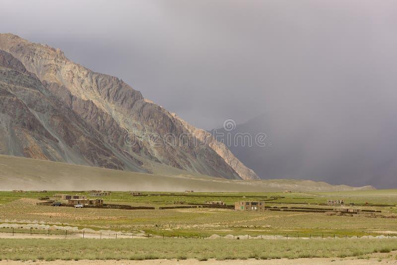 Взгляд ландшафта Zanskar с большими горами покрытыми с небом дождевого облака в Джамму & Кашмире, Индии стоковая фотография rf