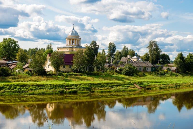Взгляд левого берега реки Msta и церков предположения благословленной девой марии стоковое изображение