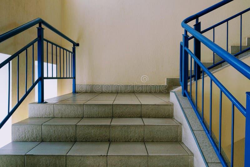 Взгляд лестниц и шагов в офисное здание или жилой дом стоковое фото rf