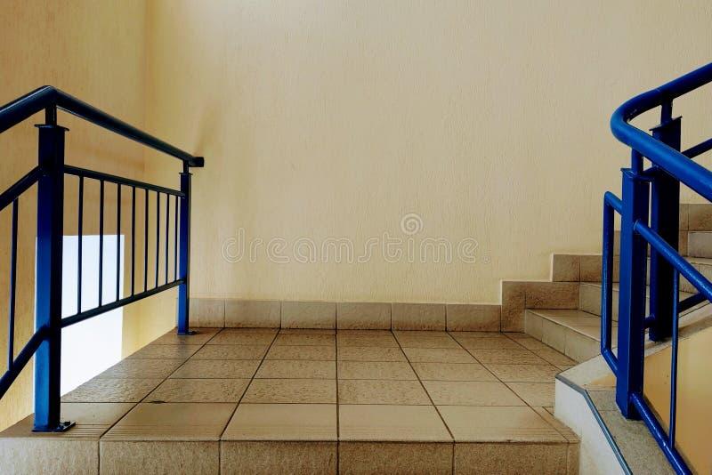 Взгляд лестниц и шагов в офисное здание или жилой дом стоковое фото
