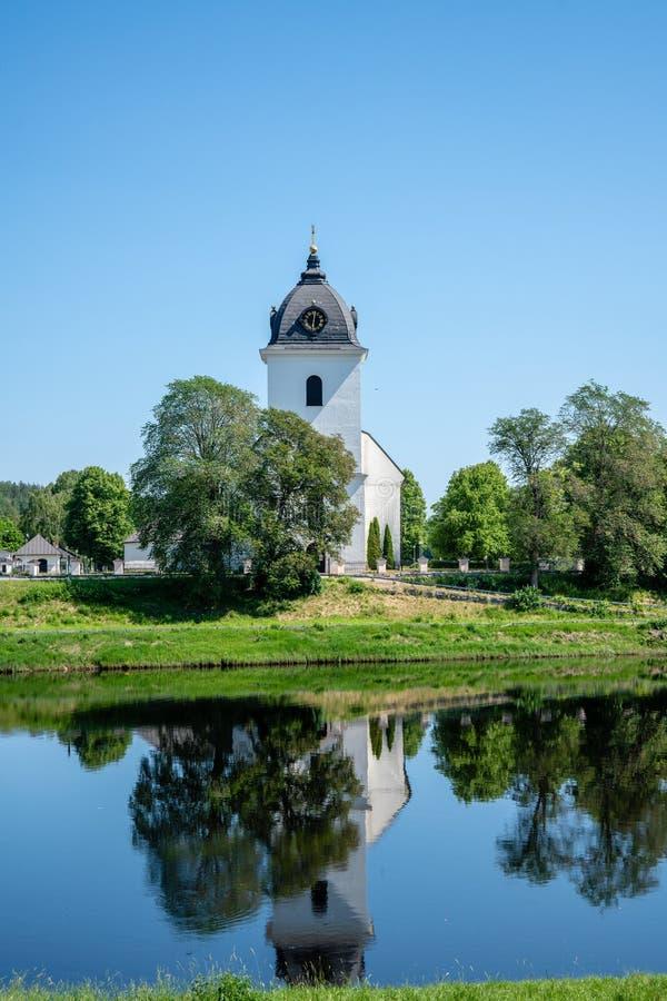Взгляд лета белой каменной церков в Швеции стоковые фотографии rf