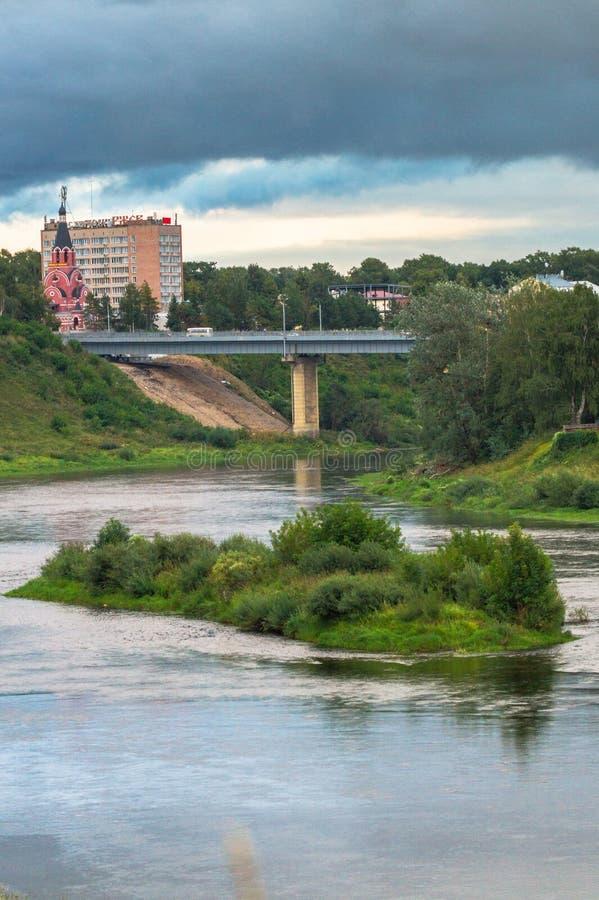 Взгляд лета величественного спокойного потока воды и живописный остров и вымачивают берег Рекы Волга с мостом в backgro стоковые изображения