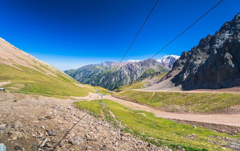 Взгляд лета горных пиков Alatau Medeo в Алма-Ата в Казахстане стоковая фотография rf