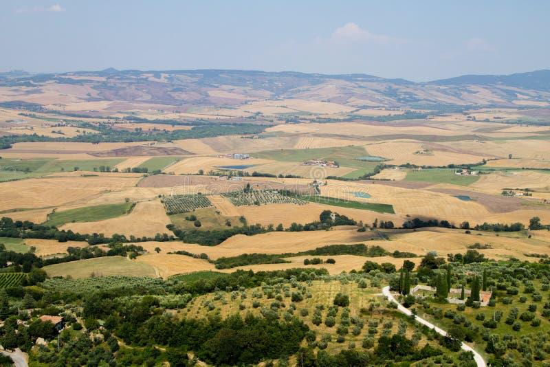 Взгляд лета панорамы холмов Тосканы, итальянский ландшафт стоковое изображение rf