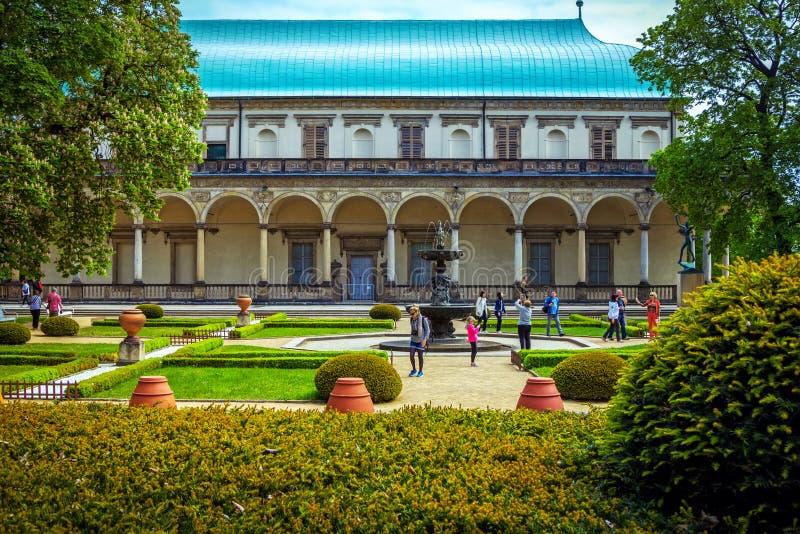 Взгляд летнего дворца ` s ферзя Энн в Праге, чехии стоковые изображения