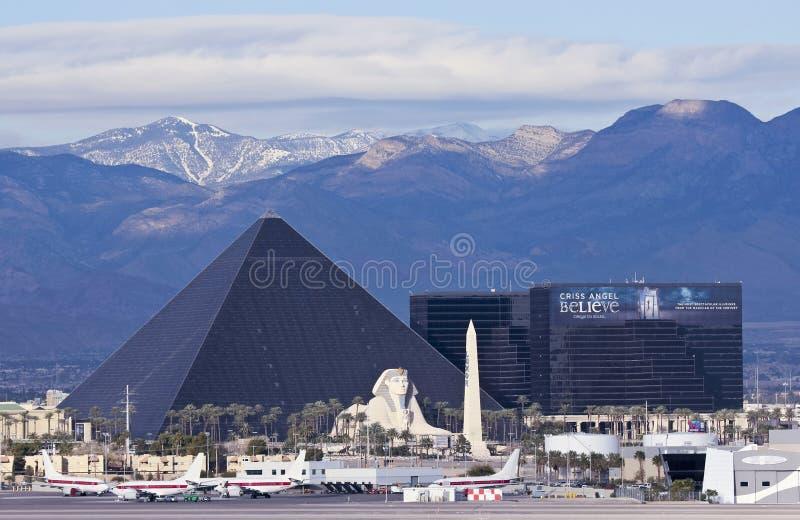 Взгляд Луксора от международного аэропорта McCarran стоковые фотографии rf