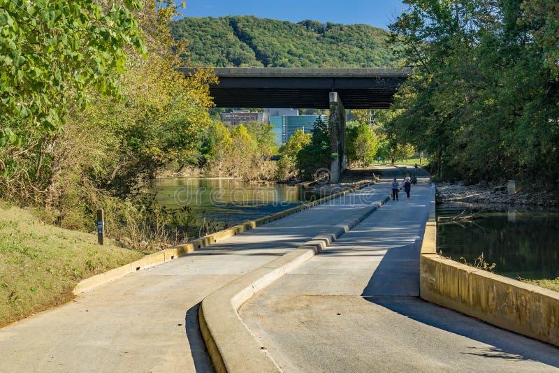 Взгляд людей пересекая мост отлива парка Смита стоковые фотографии rf