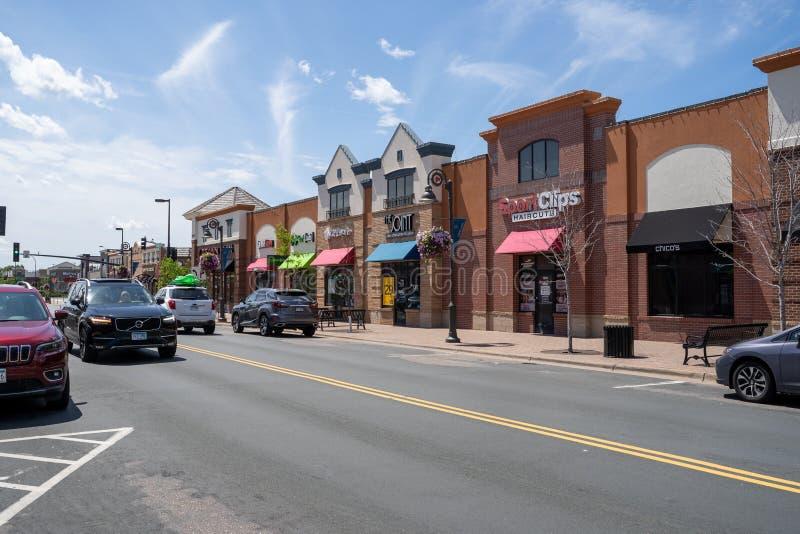 Взгляд магазинов и ресторанов района центра города озер беседк ходя по магазинам  стоковое фото rf