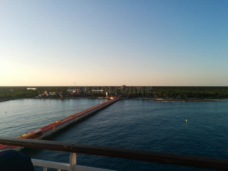 Взгляд Майя Косты, Мексики от палубы туристического судна стоковые фото