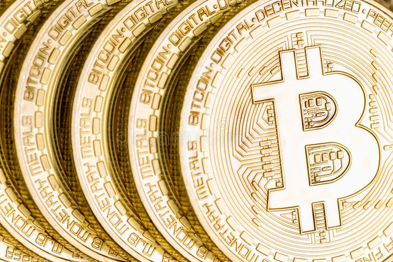 Взгляд макроса золотого cryptocurrency Bitcoin стоковое изображение rf