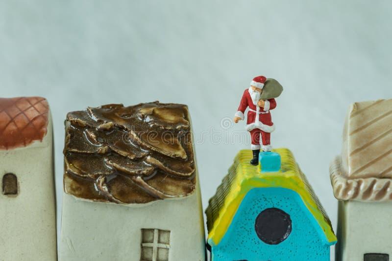 Взгляд макроса миниатюрной диаграммы Санта Клауса стоя на chim крыши стоковое изображение rf