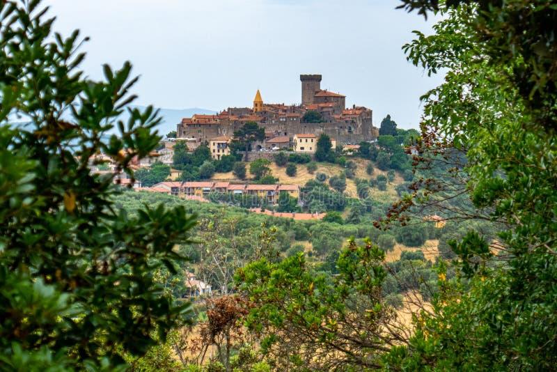 Взгляд маленького средневекового городка Capalbio, Тосканы, Италии стоковые изображения rf