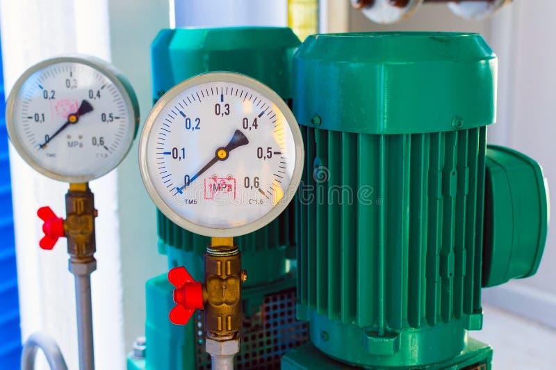 Взгляд манометра трубы для измерения давления стоковые фото