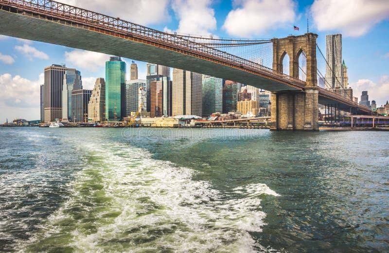 Взгляд Манхэттена от Ист-Ривер к Бруклинскому мосту стоковые фотографии rf