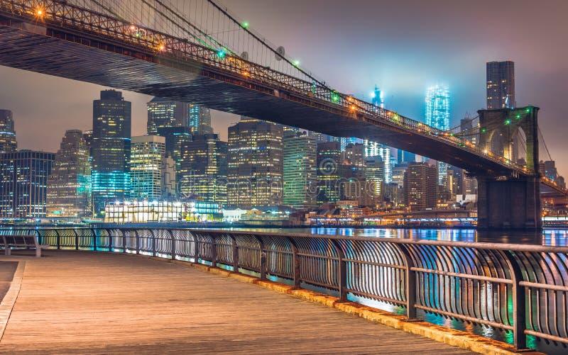 Взгляд Манхэттена с Бруклинским мостом вечером стоковое фото rf