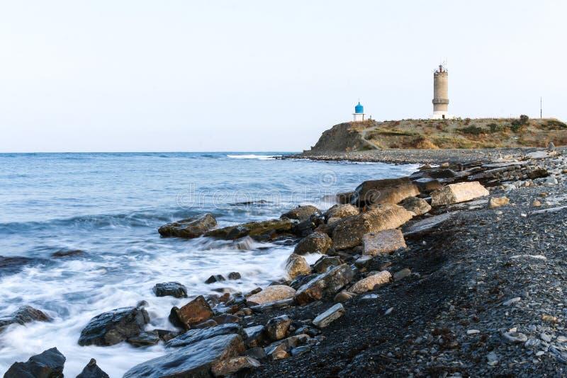 Взгляд маяка и часовни на полуострове Bolshoy Utrish, России на Чёрном море в лете стоковые фото