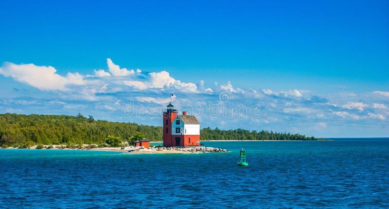 Взгляд маяка покидая остров стоковые изображения