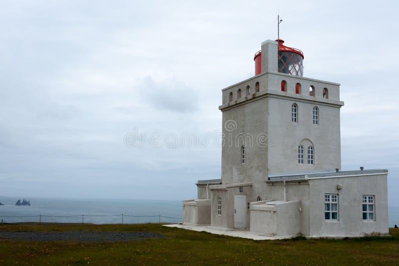 Взгляд маяка Dyrholaey Южный ориентир Исландии стоковое изображение rf
