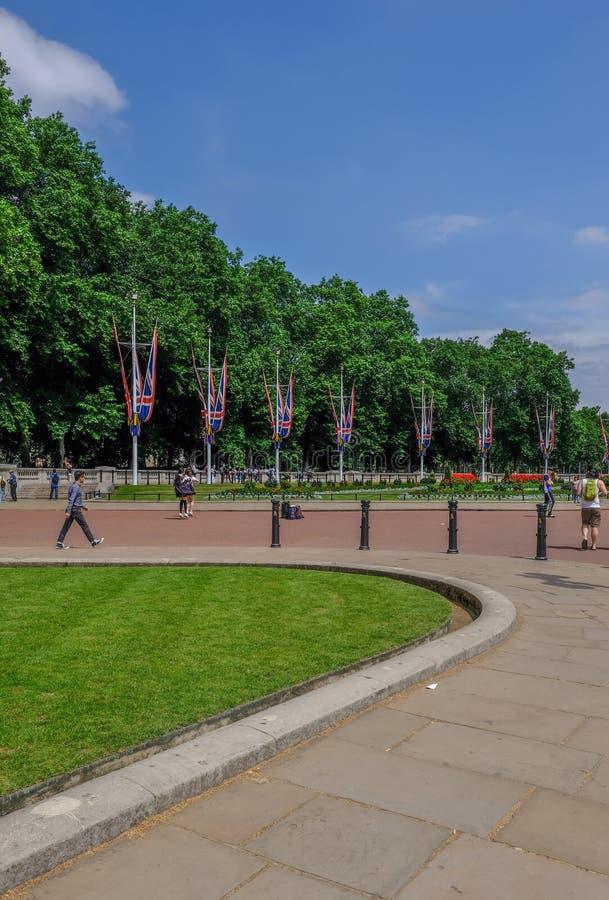 Взгляд мемориальных садов перед Букингемским дворцом с флагом стоковые изображения