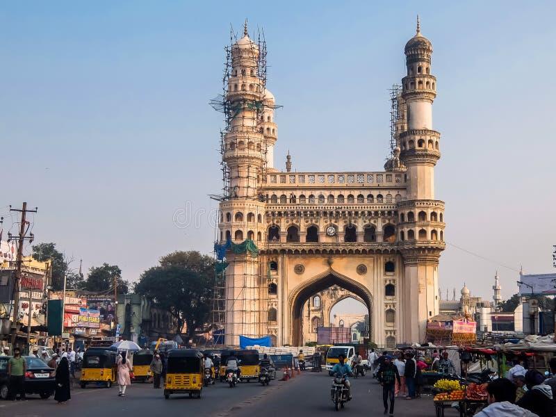 Взгляд ` минаретов ` 4 Charminar, построенный в 1591, памятник и мечеть расположенные в Хайдарабаде, Telangana, Индии стоковое изображение rf