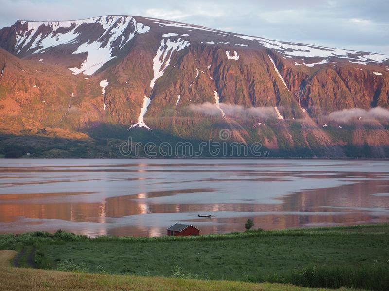 Взгляд морского пехотинца в Норвегии яхта sailing Норвежский фьорд стоковые изображения rf