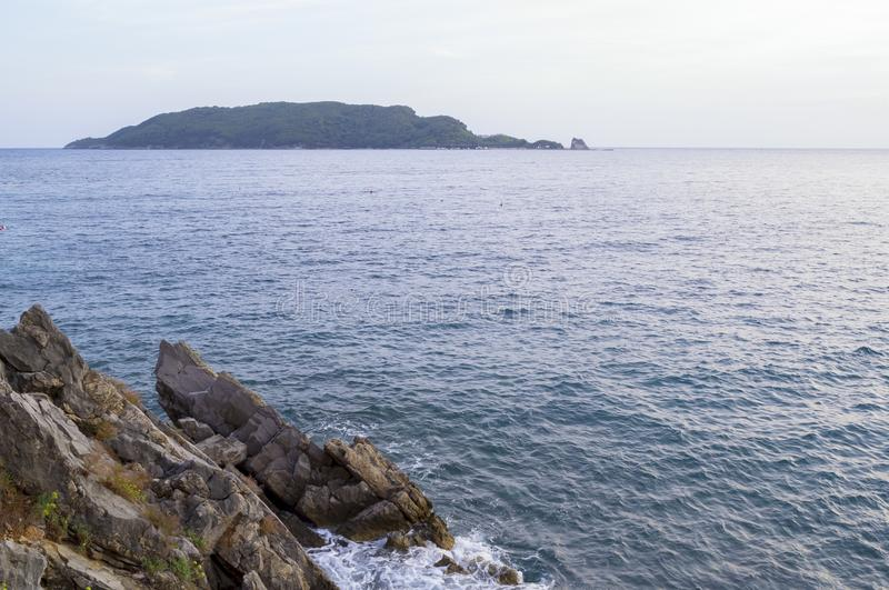 Взгляд моря вечер Остров на горизонте adrenalin стоковые изображения rf
