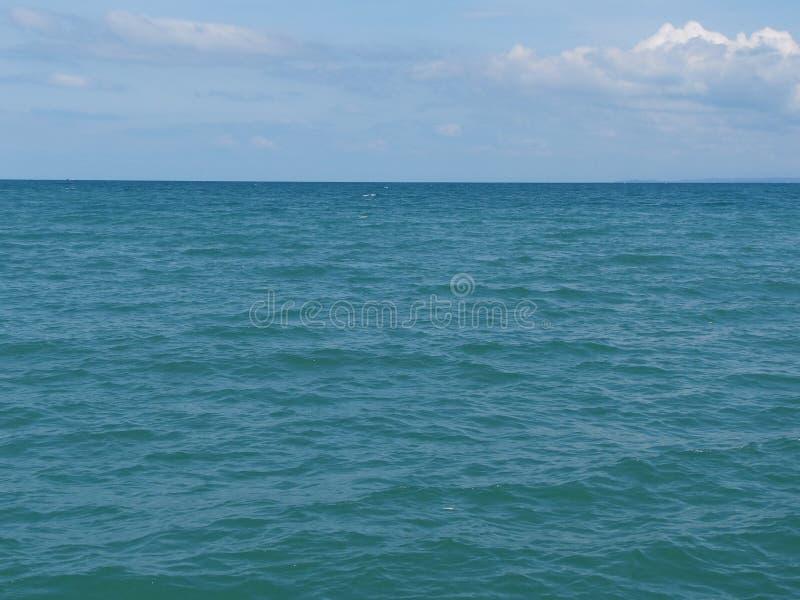 Взгляд моря голубой, океан против неба Тихий ландшафт, затишье Красивейшая предпосылка стоковые изображения