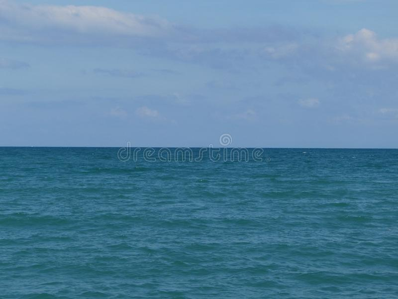 Взгляд моря голубой, океан против неба Тихий ландшафт, затишье Красивейшая предпосылка стоковое изображение rf