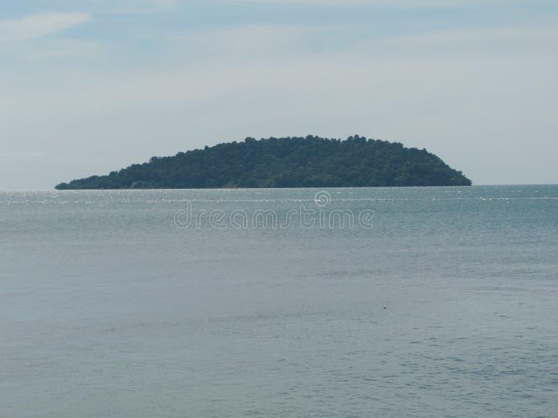 Взгляд моря голубой, океан с островом против неба Тихий ландшафт, затишье Красивейшая предпосылка стоковая фотография rf