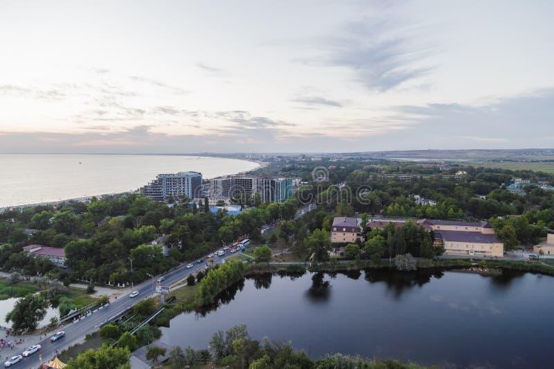 Взгляд моря от берега города в вечере стоковое фото rf
