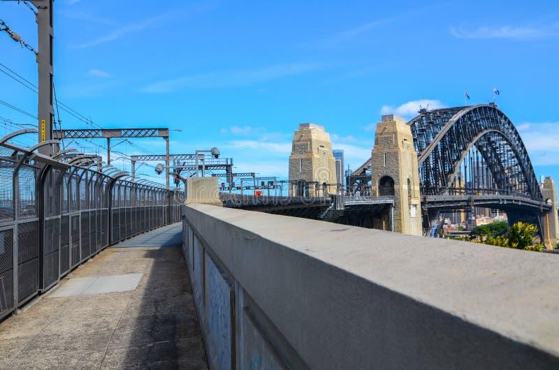 Взгляд моста гавани от северного берега Сиднея, изображение был принят на путь цикла на мосте с днем голубого неба стоковые изображения rf